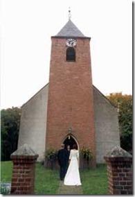 Bruid en bruidegom voor de kerk